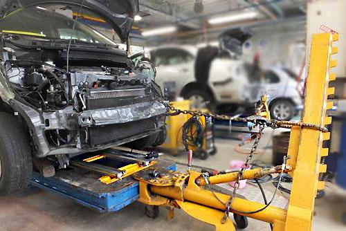 宮沢自動車塗装は、コンピュータフレーム計測、カロライナーフレーム修正機、BSパネルテンショナー などの設備を使い修理します